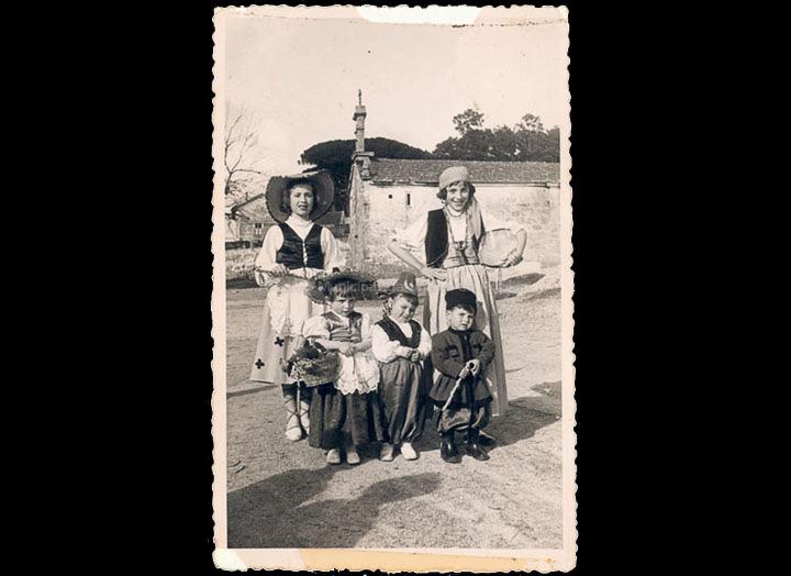 Nenos disfrazados polo Entroido no barrio das Angustias. / Foto Company [1951-1953] / PROCEDENCIA: Recollida O Porriño. Álbum familiar de Mª Carmen Iglesias Pereiro