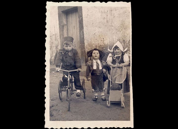 Os nenos Gabino, José Manuel e Montse disfrazados no Entroido. / Foto-Cine Company [1940-1950 (?)] / PROCEDENCIA: Recollida O Porriño. Álbum familiar de Carmen Pexegueiro e Jesús Fdez. Castro