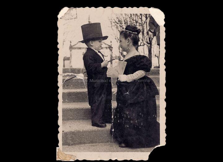 Os nenos Josefa Sío e Elisardo Rodríguez disfrazados no entroido. / Foto Company [12/02/1948] / PROCEDENCIA: Recollida O Porriño. Álbum familiar de Josefa Sío Casales