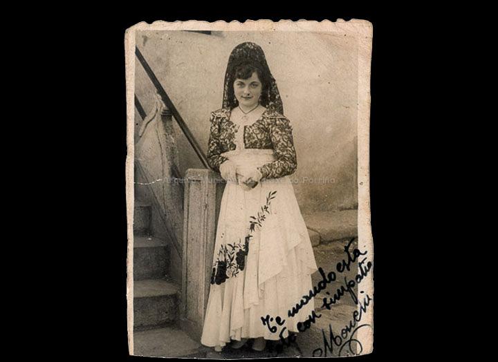 Ramona Iglesias Miniño disfrazada con mantilla española. / Company- Bermejo [1953-19540] / PROCEDENCIA: Recollida O Porriño. Álbum familiar de Ramona Iglesias Miniño