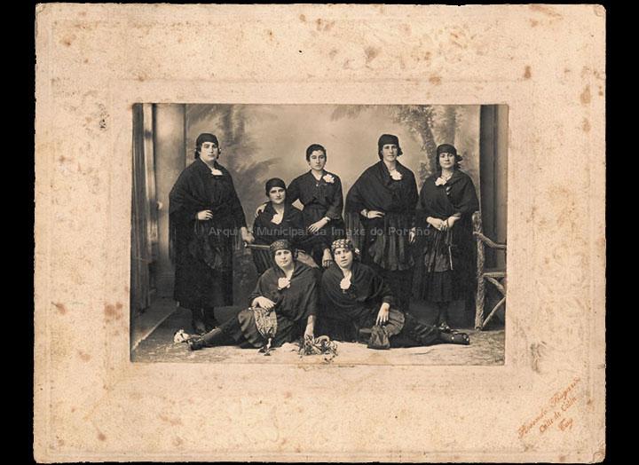 Mozas do Porriño disfrazadas no gabinete de Rosendo Bugarín. / Rosendo Bugarín [1915-1925 (?)] / PROCEDENCIA: Recollida O Porriño. Álbum familiar de Anunciación Coto Maceira