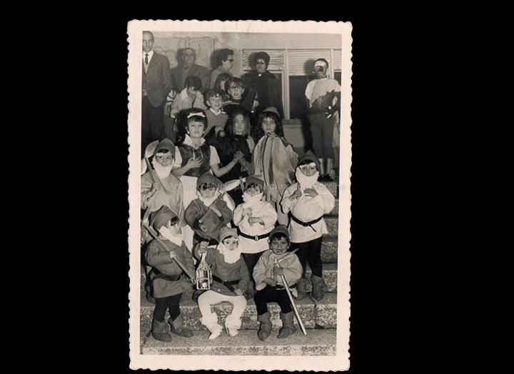 Grupo de nenos disfrazados de Brancaneves e os sete ananiños no C. R. C./ Foto Magno [1970-1974] / PROCEDENCIA: Recollida O Porriño. Álbum familiar de Josefa Sío Casales
