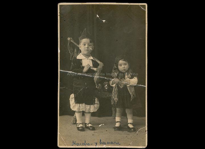 Os irmáns Moncho e Julia Sever Iglesias disfrazados co traxe tradicional galego. / Jose Moreira (?) [1930-1936] / PROCEDENCIA: Recollida O Porriño. Álbum familiar de Asunción Vilariño Iglesias