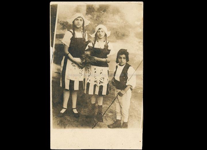 Carmiña Rodríguez e os irmáns Esperanza e Antonio Sío Estévez disfrazados no entroido. / Autor descoñecido [1915-1925 (?)] / PROCEDENCIA: Recollida O Porriño. Álbum familiar de Asunción Vilariño Iglesias