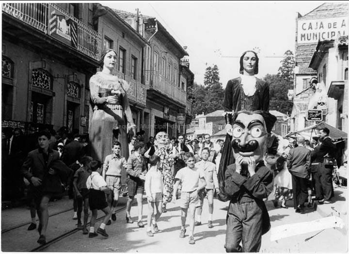 Xigantes e cabezudos nas festas do Cristo. / Agustín Bermejo [1955- 1970 (?)] / PROCEDENCIA: Fondo Juan Manuel Areal Grova
