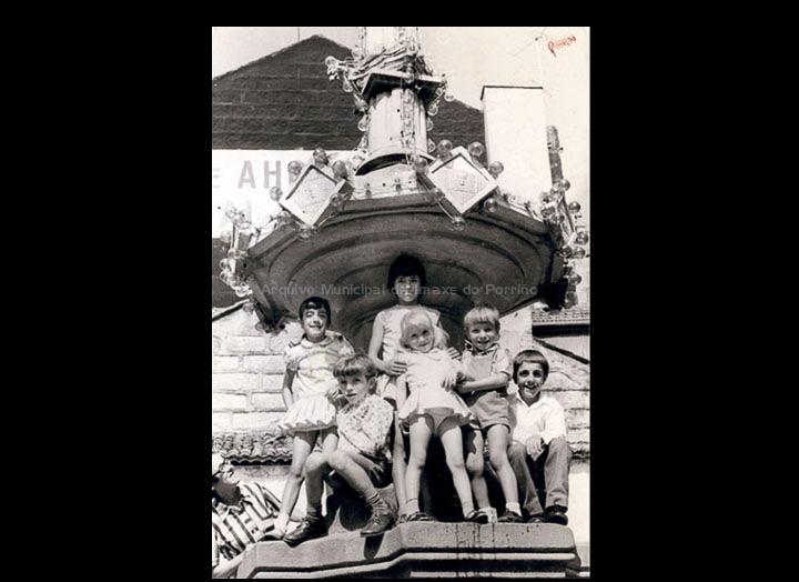 Nenas e nenos na Fonte do Cristo un día de festa. / Foto Magno [1973] / PROCEDENCIA: Recollida Pontellas. Álbum familar de Rosángela Cancelas Cancelas