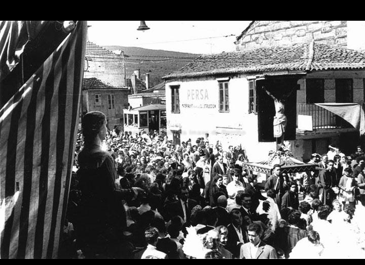 Procesión do Cristo da Agonía chegando á capela. / Foto Magno [1960-1968] / PROCEDENCIA: Arquivo Magno