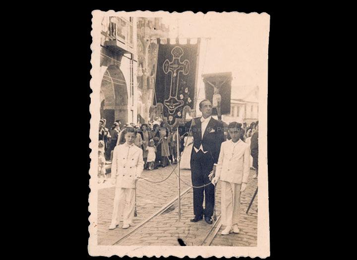 Nenos de Comuñón na procesión do Cristo. / Foto-Cine Company [1945-1950 (?)] / PROCEDENCIA: Recollida O Porriño. Álbum familar de José Ángel Vilariño Iglesias