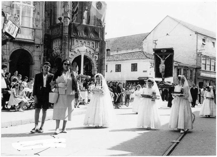 Procesión do Cristo da Agonía ao seu paso pola praza do Concello. / Agustín Bermejo [1950-1970 (?)] / PROCEDENCIA: Fondo Juan Manuel Areal Grova