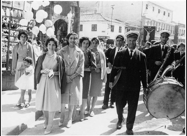 Procesión do Cristo da Agonía. Mozas e músicos. / Agustín Bermejo [1955- 1970 (?)] / PROCEDENCIA: Fondo Juan Manuel Areal Grova