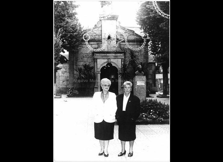 Ramona Iglesias Miniño e Anunciación Coto Maceira, encargadas da Capela do Cristo. / Foto Pako [1993] / PROCEDENCIA: Recollida O Porriño. Álbum familar de Ramona Iglesias Miniño