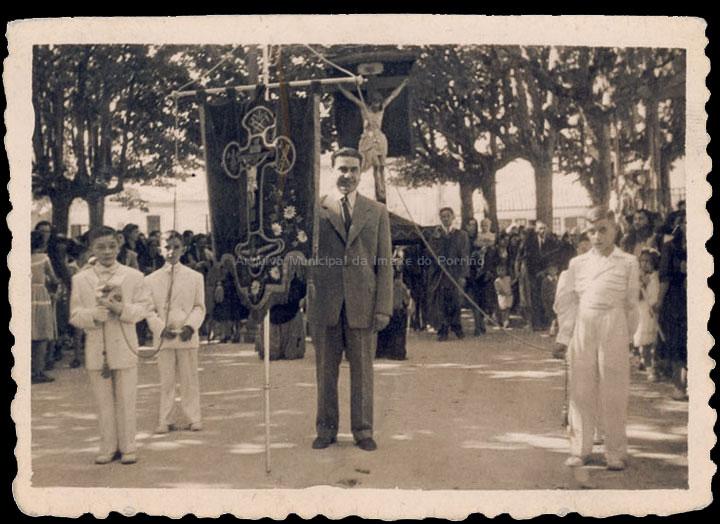 Procesión do Cristo. Laureano Leirós portando o lábalo. / Foto Company [1940-1950 (?)] / PROCEDENCIA: Recollida O Porriño. Álbum familar de Laureano Leirós Rodríguez