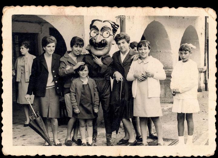 Retrato dun grupo de mozas co cabezudo de Groucho Marx nas Festas do Cristo. / Foto Magno [Set. 1965] / PROCEDENCIA: Recollida O Porriño. Álbum familar de José Rodríguez Pérez
