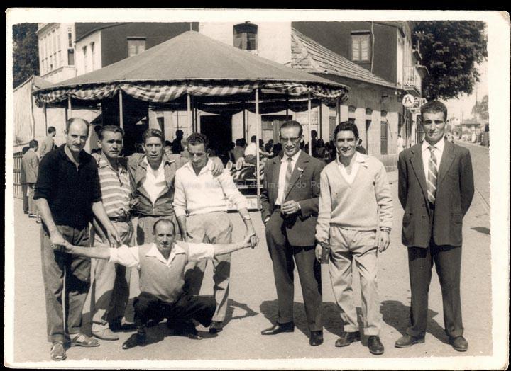 Amigos nas Festas do Cristo. / Foto Ramiro [1965-1975] / PROCEDENCIA: Recollida O Porriño. Álbum familar de Rita Martínez Fernández