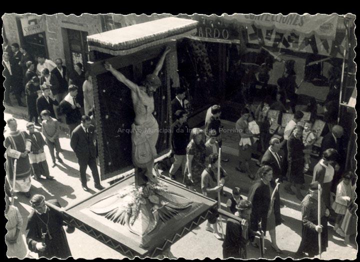 Procesión do Cristo pola rúa Ramón González. / Autor descoñecido [1960-1970 (?)] / PROCEDENCIA: Recollida O Porriño. Álbum familar de Pilar Losada Torres