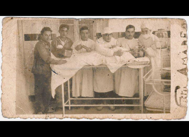 Belarmino cuns compañeiros no Hospital Militar de O Ferrol durante a Guerra Civil. / Foto Amadeo [1936 - 1939] / PROCEDENCIA: Recollida Mosende. Album familiar de Inés Rivero