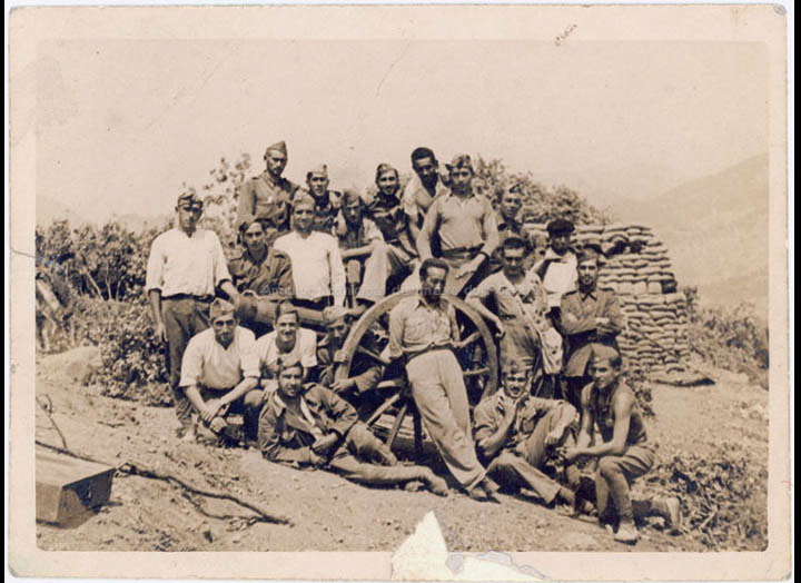 Soldados na Guerra Civil. / Autor descoñecido [08-08-1937] / PROCEDENCIA: Recollida O Porriño. Album familiar de Jesús Fernández Castro