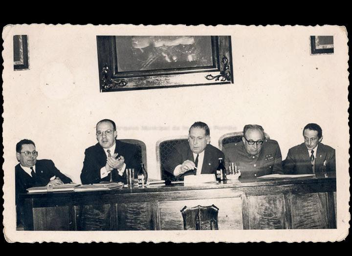 Sesión no Salón de Plenos do Concello do Porriño sendo alcalde Gonzalo Ordóñez Pérez. / Foto Magno [1960-1970 (?)] / PROCEDENCIA: Recollida Mosende. Album familiar de Cándida Barros González