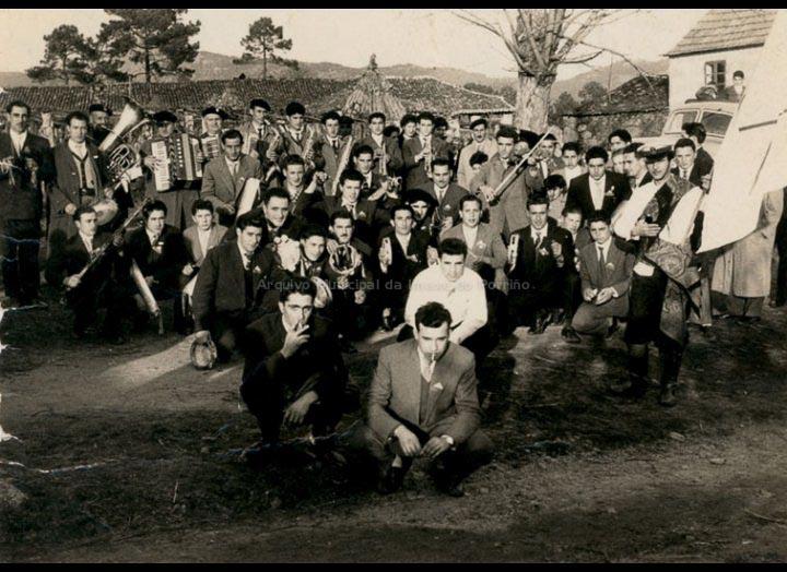 Rondalla de Mosende na festa de San Brais en Budiño. / Foto Ramiro [1959] / PROCEDENCIA: Recollida Mosende. Album familiar de Juan Gallego