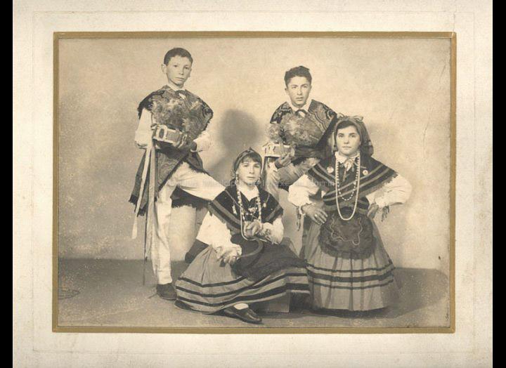 Bailaríns e bailarinas da Rondalla de Atios. / Autor descoñecido [1961-1962] / PROCEDENCIA: Recollida Atios. Album familiar de José Vázquez