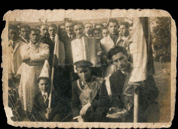 Rondalla de Budiño en Salceda de Caselas. / Autor descoñecido [1940-1960 (?)] / PROCEDENCIA: Recollida Budiño. Album familiar de Mª Carmen Martínez Bacelo
