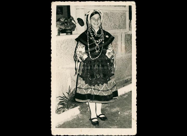 Lidia Costas Porto vestida co traxe da rondalla. / Foto Magno [1960-1965] / PROCEDENCIA: Recollida Atios. Album familiar de Elena Oya Girálde