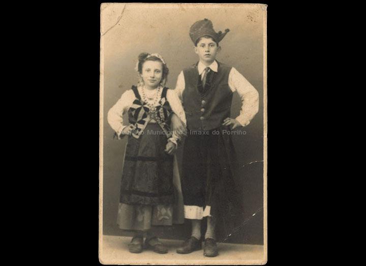 Nenos da Rondalla de Atios: Otilia Barros Oya e Jesús Novás Barros. / Foto José Moreira [Ca.1950] / PROCEDENCIA: Recollida Atios. Album familiar de Amelia Mouriño Barros