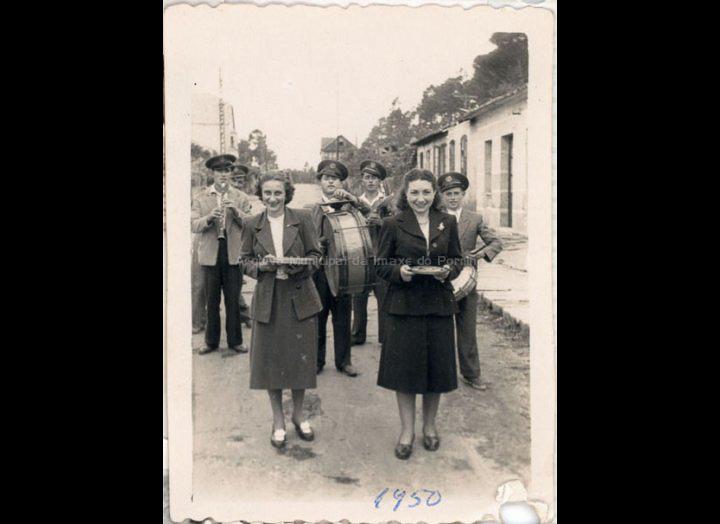 Mozas, acompañadas dun grupo de músicos, recollen donativos para a festa das Angustias. / Foto Ramiro [1950] / PROCEDENCIA: Recollida O Porriño. Album familiar de Paz Moreira Adán