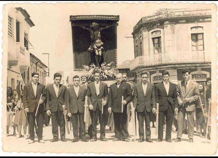 """Comisión de festas do Cristo dos Aflixidos """"Cristo dos Cachos"""". / Agustín Bermejo [Ca. 1960] / PROCEDENCIA: Recollida O Porriño. Album familiar de Ángeles Alonso Pérez"""