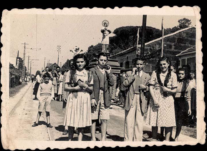 Veciños do Porriño na procesión da Virxe das Angustias en Mos. / Agustín Bermejo- Foto Company [1949] / PROCEDENCIA: Recollida O Porriño. Álbum familiar de Rita Martínez Fernández