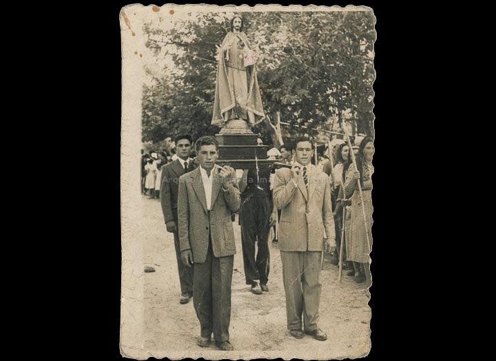 Levando a San Xosé na procesión da Virxe dos Milagres de Carracido. / Foto Ramiro [06/09/1953] / PROCEDENCIA: Recollida Carracido. Álbum familiar de Sonia González Carballal