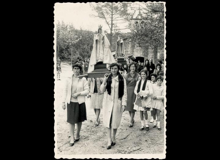 Procesión na festa da Virxe dos Milagres de Carracido. / Foto Ramiro [Ca. 1960] / PROCEDENCIA: Recollida Carracido. Álbum familiar de Pilar Ferreira Castro