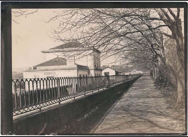 Vista da estación do ferrocarril desde os xardíns do pazo de Ramiráns. / Autor Descoñecido [Anterior a 1912] / PROCEDENCIA: Recollida O Porriño. Album familiar de Anunciación Coto Maceira