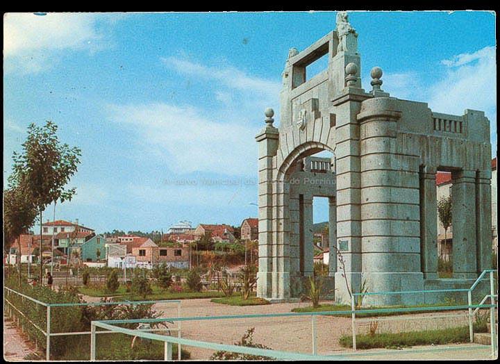Templete de acceso á Rede de San Luís do Metropolitano madrileño despois de ser trasladado ao Porriño, pobo natal do arquitecto Antonio Palacios, responsable deste proxecto. Tarxeta postal. / Postales Fama (Vigo) [1970-1980 (?)]