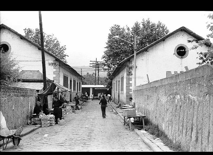 Travesía do Mercado. Antigos edificios do mercado de abastos do Porriño. / Foto Magno [1963-1969 (?)] / PROCEDENCIA: Arquivo Magno