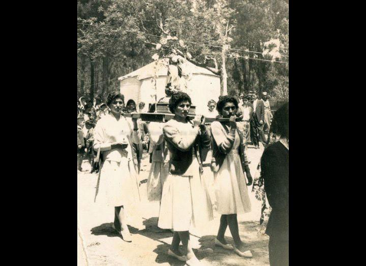 Grupo de mulleres na procesión de San Campio. / Foto Ramiro [Ca. 1955] / PROCEDENCIA: Recollida Pontellas. Album familiar de Elena Silva