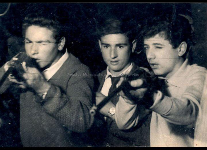 "Mozos de Pontellas no ""tiro ao pichón"". / Autor descoñecido [1963] / PROCEDENCIA: Recollida Pontellas. Album familiar de Narciso Dasilva"