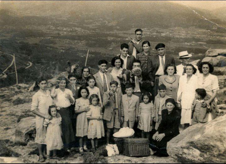 Veciños de Mosende na romaría da Virxe das Neves no monte Castro de Herville. / Foto Ramiro [1955] / PROCEDENCIA: Recollida Mosende. Album familiar de Concepción Ferreira