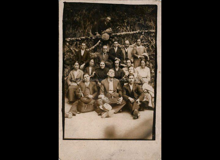 Veciños de Mosende na romaría de San Brais de Budiño. / Autor descoñecido [1930 – 1950 (?)] / PROCEDENCIA: Recollida Mosende. Album familiar de Juana Mª Iglesias Roris