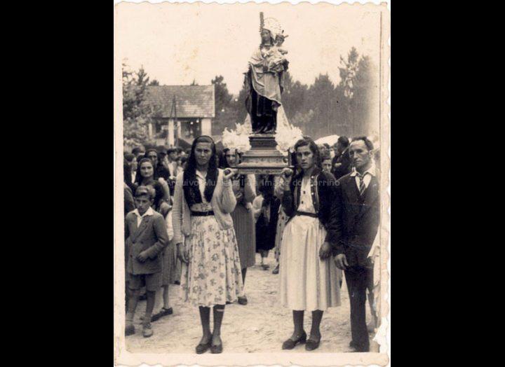 Procesión do Carme en Cans. / Foto Ramiro [1954] / PROCEDENCIA: Recollida Cans. Album familiar de Divina Campos