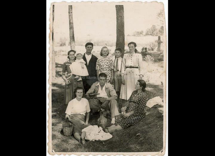 Veciños de Atios na festa da Virxe da Guía. / Foto Ramiro [Ca. 1950] / PROCEDENCIA: Recollida Atios. Album familiar de Isaura Maceira Gil