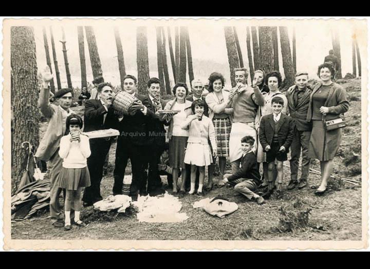 Veciños de Chenlo na romaría de San Xosé de Prado. / Foto Balbino Ramírez (Salceda de Caselas) [1950-1970 (?)] / PROCEDENCIA: Recollida Chenlo. Album familiar de Luciano Gómez Alonso