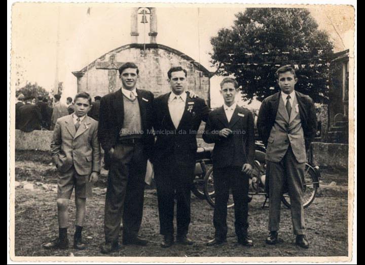 Grupo de amigos na festa de San Diego de Mosende. / Autor descoñecido (Salceda de Caselas) [1957-1959] / PROCEDENCIA: Recollida Mosende. Album familiar de Carmen González Cuña