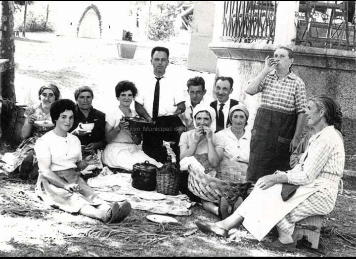 Xantar na festa de San Campio. Mulleres e músicos. / Foto Ramiro [1957-1959] / PROCEDENCIA: Recollida Pontellas. Album familiar de Carmen Silva