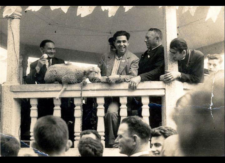 A tradición das poxas na festa de San Roque. / Foto Magno [1958] / PROCEDENCIA: Recollida Torneiros. Album familiar de Mª Lucía Correa Abreu