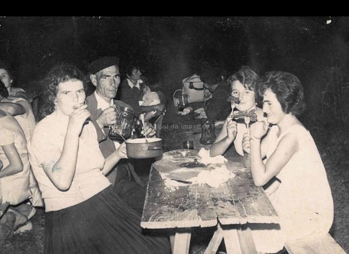 Veciños de Pontellas na festa de San Paio. / Foto Carlos (Guillarei) [Ca. 1960] / PROCEDENCIA: Recollida Pontellas. Album familiar de Narciso Dasilva