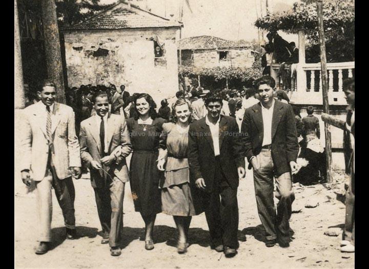 Amigos de Torneiros na festa de San Roque. / Foto Ramiro [1948] / PROCEDENCIA: Recollida Torneiros. Album familiar de Basilio Vila