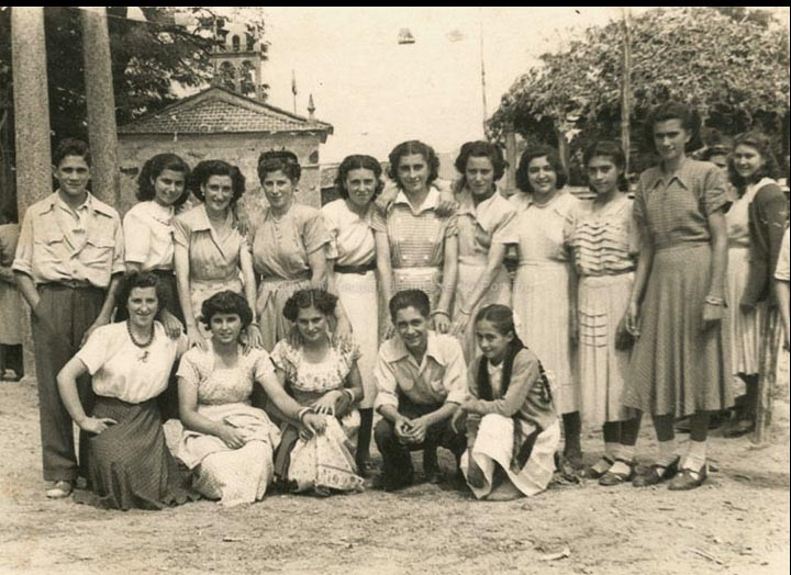Grupo de amigas e amigos na festa de San Roque. / Foto Ramiro [1952] / PROCEDENCIA: Recollida Torneiros. Album familiar de Bienvenido Bastos Ramírez
