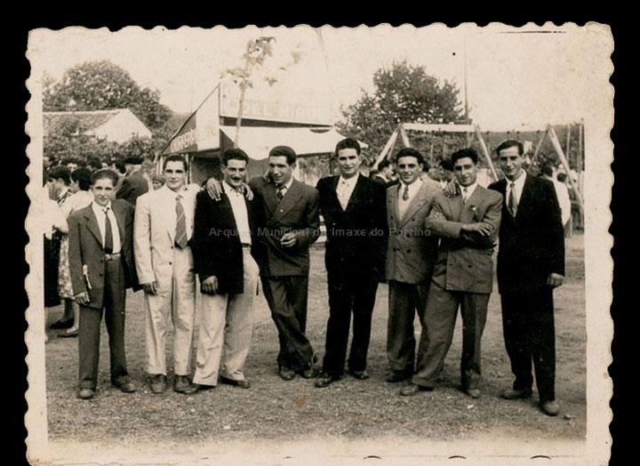 Grupo de veciños na festa do Neno Xesús de Chenlo. / Autor descoñecido [1950-1960 (?)] / PROCEDENCIA: Recollida Mosende. Album familiar de Juana Mª Iglesias Rorís
