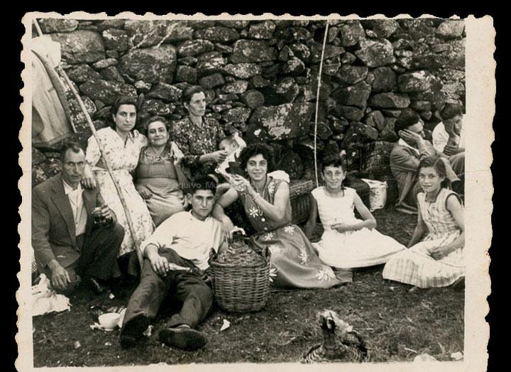 """Famila """"Borneteiro"""" na romaría do Castro. / Foto Ramiro [1945-1960 (?)] / PROCEDENCIA: Recollida Mosende. Album familiar de Mª Isabel Corbacho"""